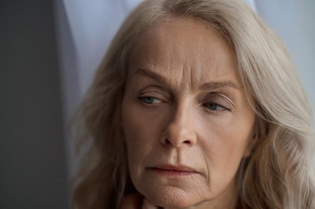 Vrolijke ongelukkige blanke vrouw die lijdt aan frustratie