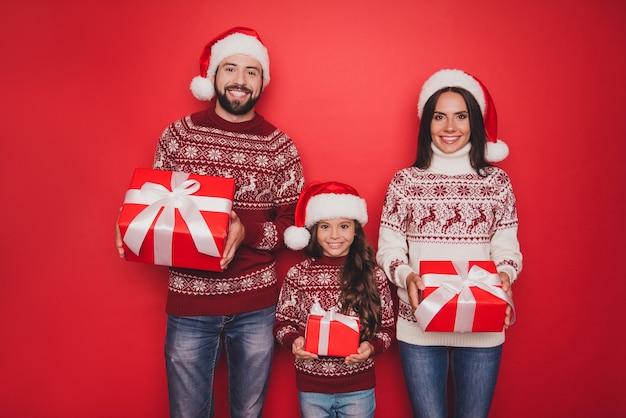 Vrolijke opgewonden mooie familieleden houden geschenken vast