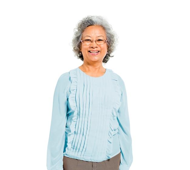 Vrolijke oude casual aziatische vrouw