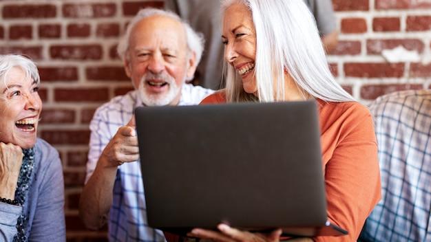Vrolijke ouderen surfen op internet