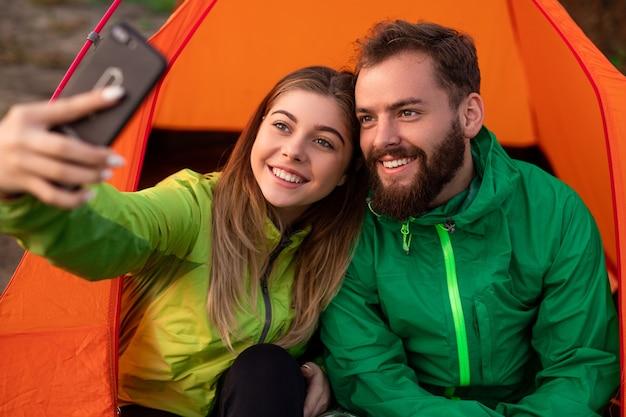 Vrolijke paar selfie te nemen tijdens het kamperen Premium Foto