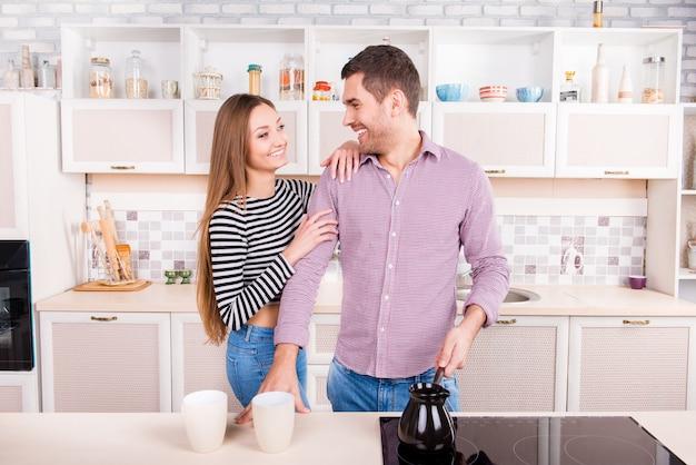 Vrolijke paar verliefd maken van koffie in de keuken