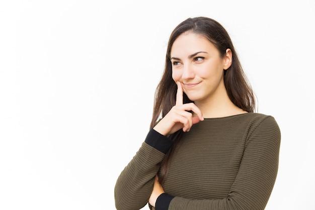 Vrolijke peinzende vrouwelijke vrouw wat betreft wang