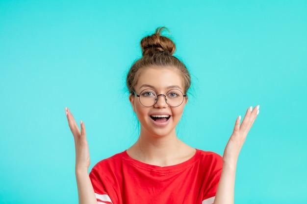 Vrolijke positieve student is blij om goede resultaten te behalen met studeren