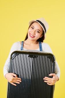 Vrolijke reiziger met koffer