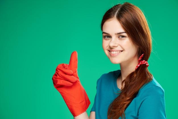 Vrolijke schoonmaakster gebaren met haar hand rubberen handschoenen huishoudelijk werk