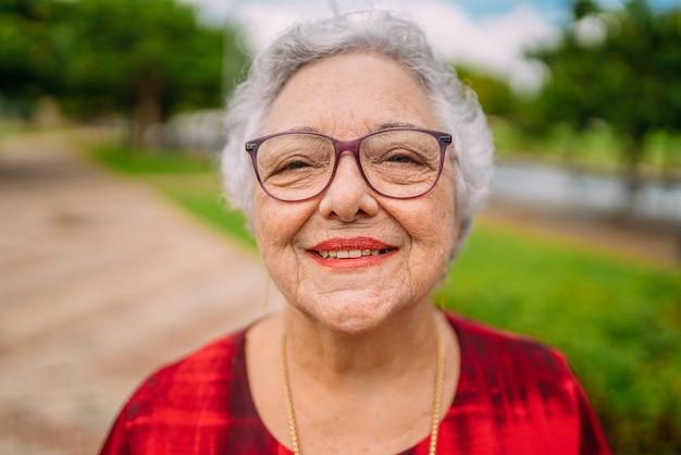 Vrolijke senior dame in glazen lachen. latijns-amerikaanse vrouw. braziliaanse bejaarde vrouw.