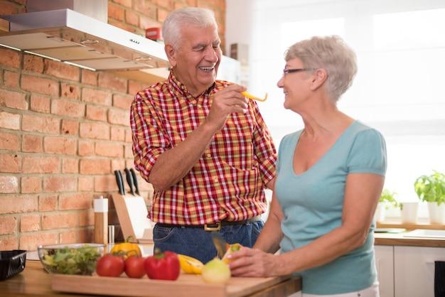 Vrolijke senior huwelijk gezonde maaltijd bereiden