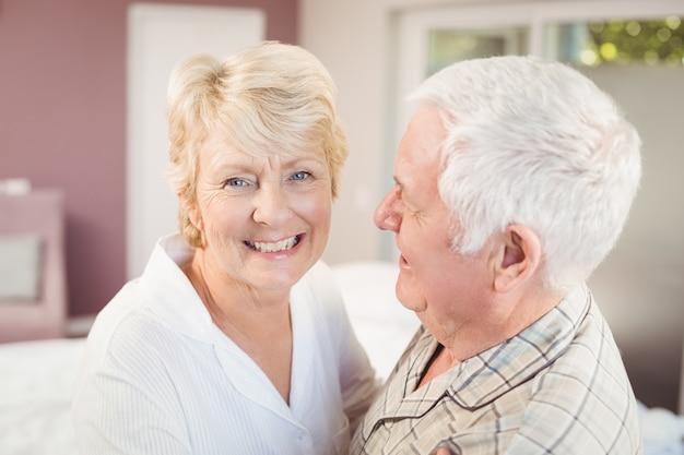 Vrolijke senior vrouw met echtgenoot