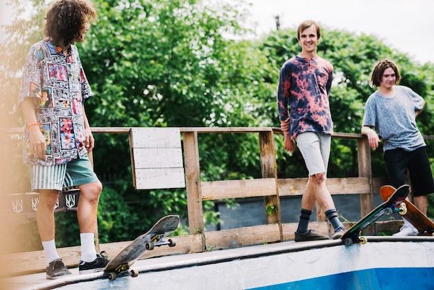 Vrolijke skateboarders in park