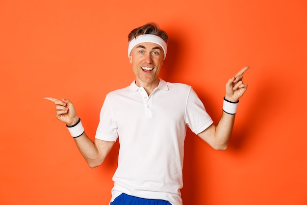 Vrolijke sportman van middelbare leeftijd met hoofdband