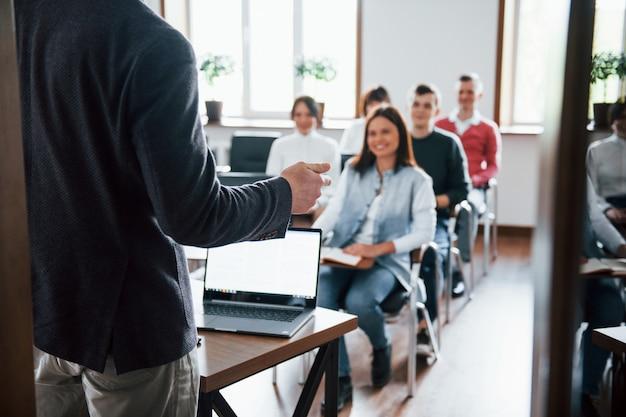 Vrolijke stemming. groep mensen op handelsconferentie in moderne klas overdag