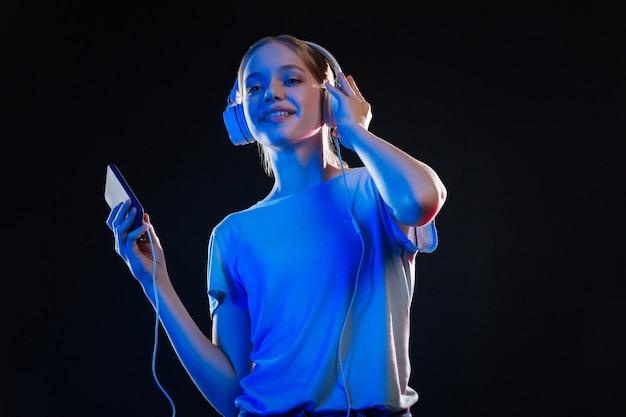 Vrolijke stemming. opgetogen positieve vrouw die lacht tijdens het luisteren naar muziek