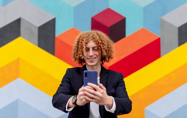 Vrolijke stijlvolle man selfie op smartphone te nemen