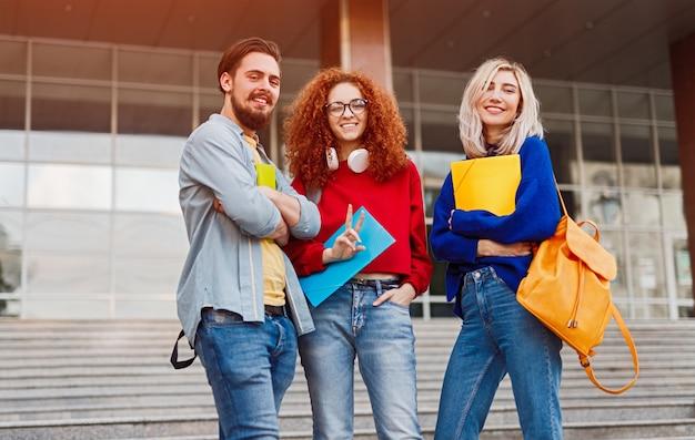 Vrolijke studenten in casual outfit na lessen