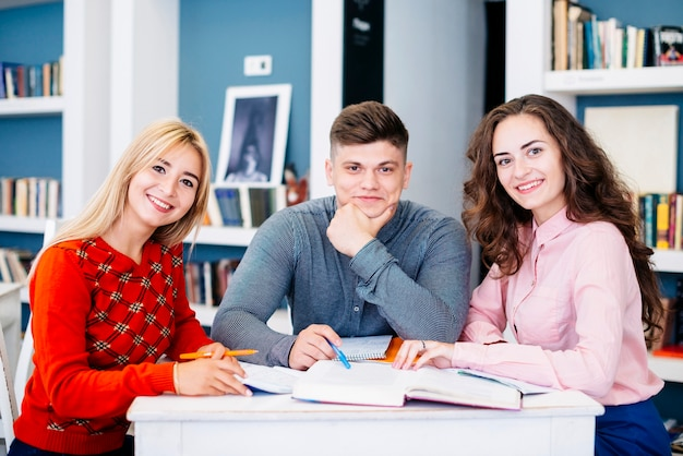 Vrolijke studenten in de bibliotheek