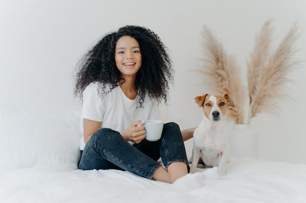 Vrolijke tienermeisje met favoriete huisdier