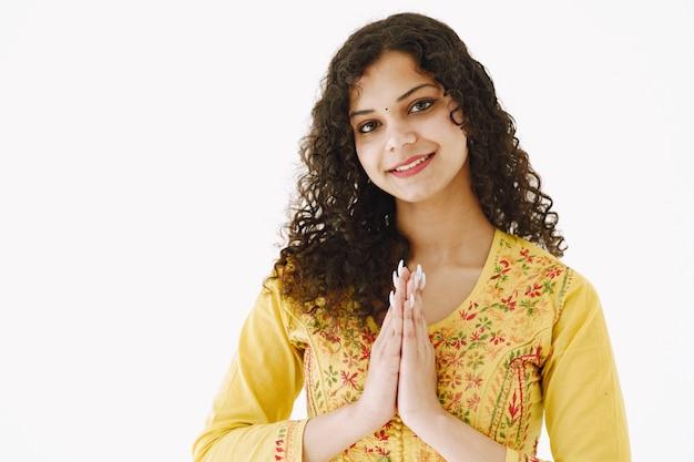 Vrolijke traditionele indiase vrouw op witte achtergrond. studio opname.