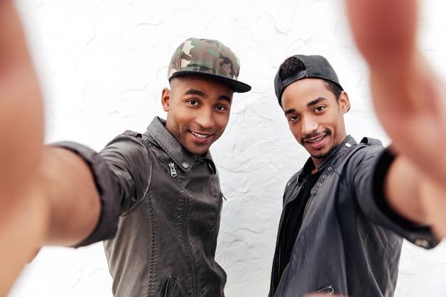 Vrolijke twee jonge afrikaanse mannen vrienden