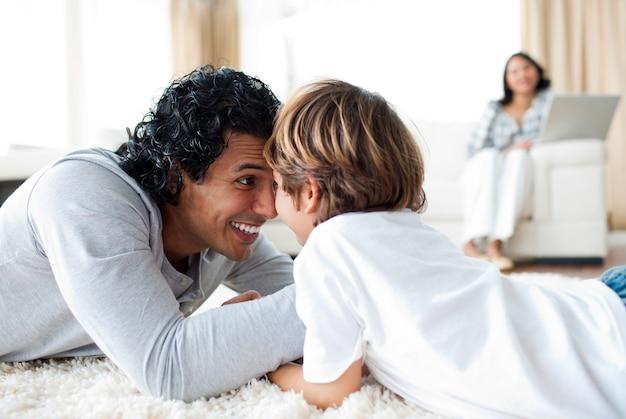 Vrolijke vader en zijn zoon armworstelen