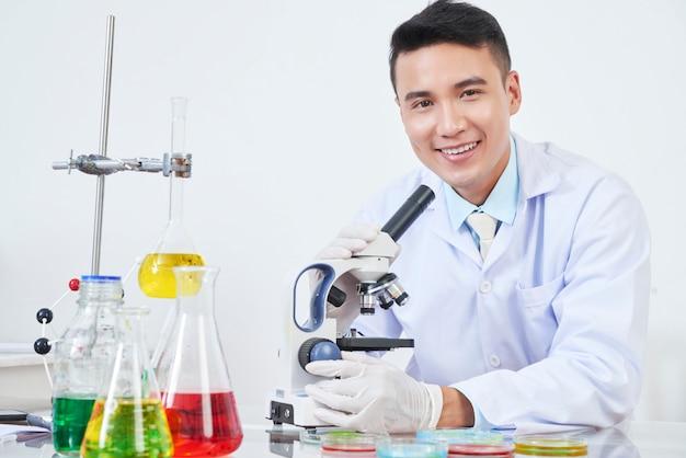 Vrolijke vietnamese chemicus