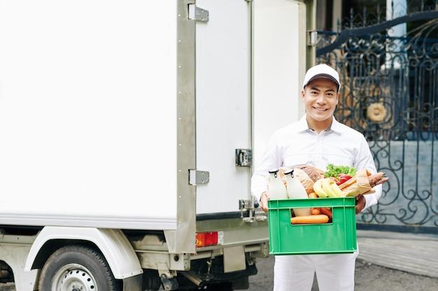 Vrolijke voedselbezorgingsman