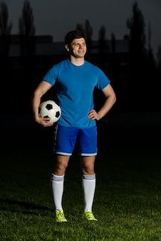 Vrolijke voetballer op stadion