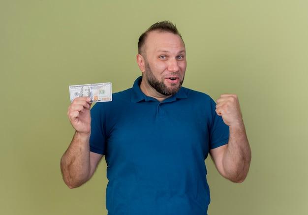 Vrolijke volwassen slavische dollar van de manholding en ja gebaar doen