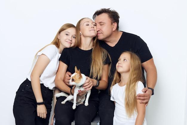 Vrolijke vriendelijke familie knuffel geïsoleerde muur