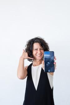 Vrolijke vriendelijke vrouw die mobiel gegevensplan adverteert