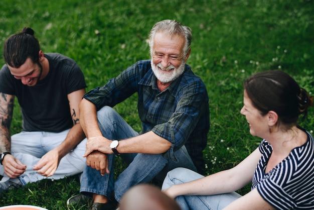 Vrolijke vrienden die een gesprek in het park hebben