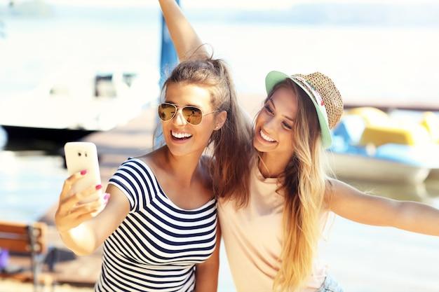 Vrolijke vrienden die in de zomer buiten plezier hebben