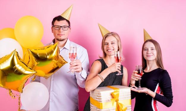 Vrolijke vrienden die op verjaardagsfeestje roosteren