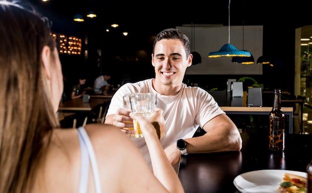 Vrolijke vrienden in de kroeg. bier drinken, praten, plezier maken.