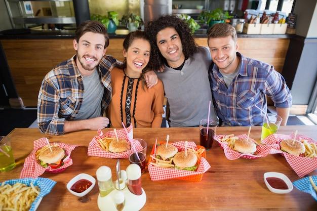 Vrolijke vrienden lunchen in restaurant