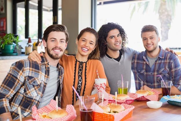 Vrolijke vrienden zitten in restaurant