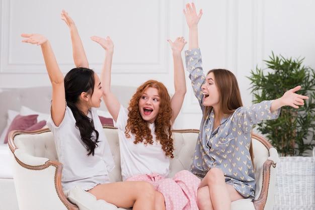 Vrolijke vriendinnen in pijama thuis