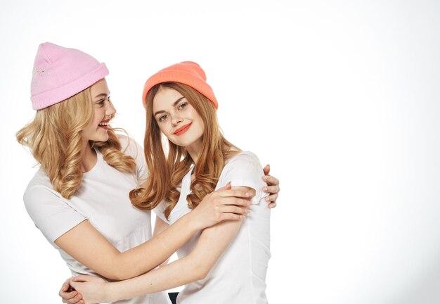 Vrolijke vriendinnen veelkleurige hoeden mode communicatie knuffels