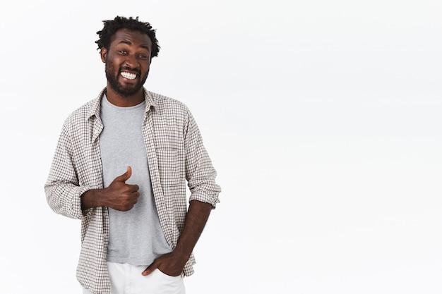 Vrolijke, vrolijke zorgeloze aantrekkelijke afro-amerikaanse man met baard