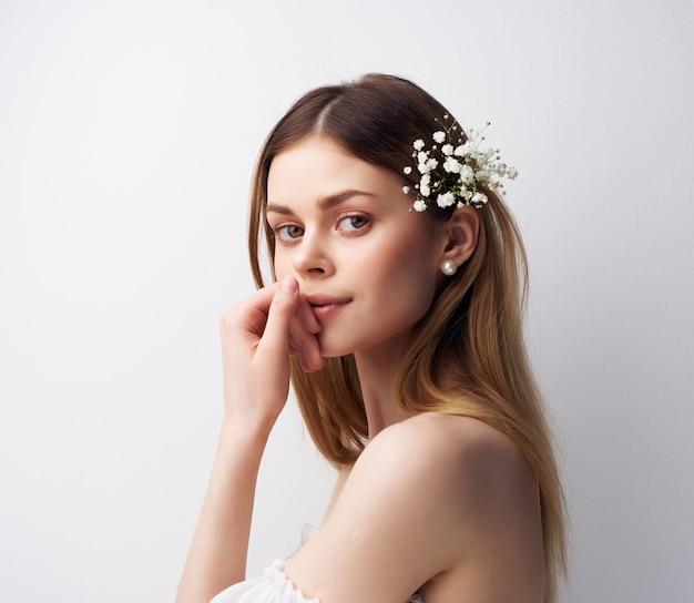 Vrolijke vrouw aantrekkelijk uiterlijk bloemen in haardecoraties
