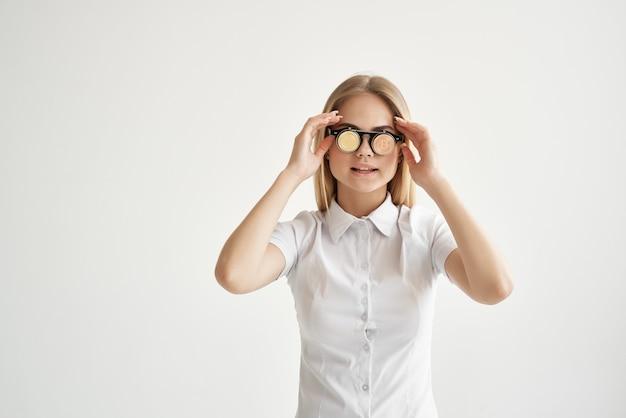 Vrolijke vrouw bitcoin bril geïsoleerde achtergrond