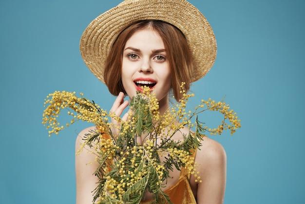 Vrolijke vrouw boeket bloemen levensstijl blauwe achtergrond elegante stijl