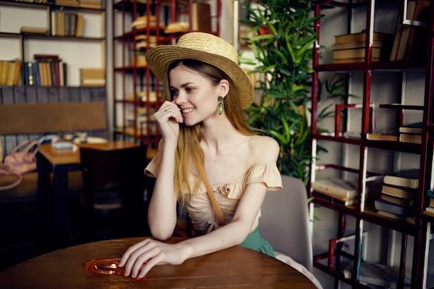 Vrolijke vrouw die een boek leest in een café-levensstijl