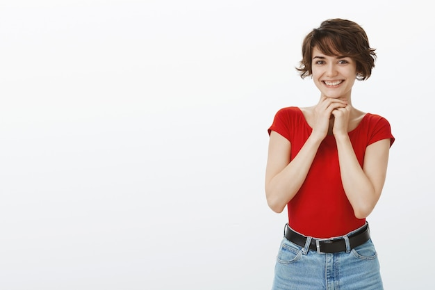 Vrolijke vrouw die opgewonden kijkt terwijl ze goed nieuws verwacht