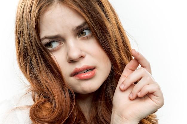 Vrolijke vrouw emoties aap gezicht levensstijl close-up Premium Foto