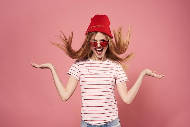 Vrolijke vrouw emoties levensstijl glamour modieuze kleding roze achtergrond. hoge kwaliteit foto
