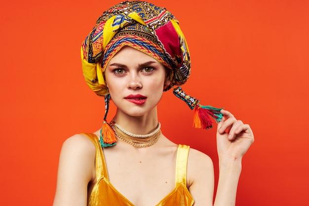 Vrolijke vrouw etniciteit veelkleurige hoofddoek make-up glamour geïsoleerde achtergrond