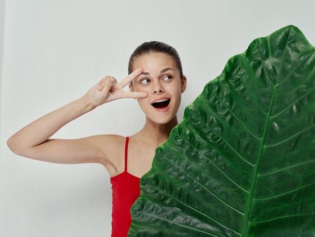 Vrolijke vrouw gebaren met hand palmblad badpak emoties