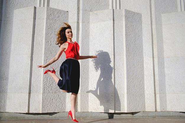 Vrolijke vrouw gelukkig springen