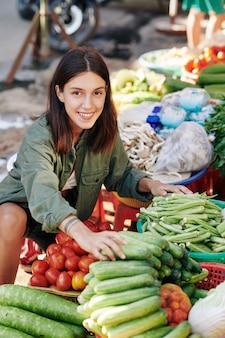 Vrolijke vrouw groenten kiezen